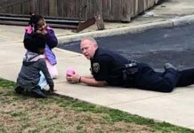 Officer Becomes Hero to Neighborhood Kids After Sitting Down to Play With Girls Who 'Were Afraid of Cops' 2/24/2019